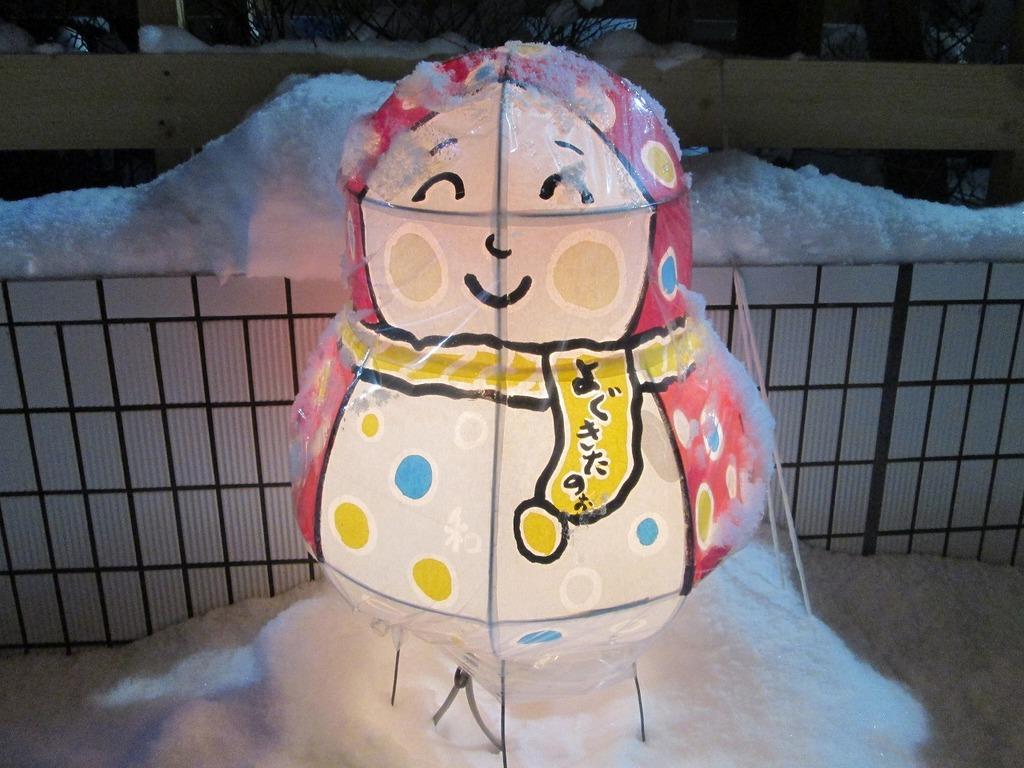 ■青森市ベイエリアにならぶ市民手作りの「雪だるま〜る」、ねぶたの技法でできています。