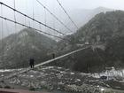 スローライフ・ジャパンがむらおこしのお手伝いで通い続けている奈良県十津川村。スリルのある「谷瀬の吊り橋」はここのところの雪で、スリル満点に!