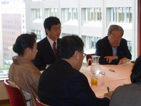 奥、左側が藤田さん。