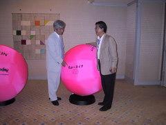 筑紫哲也さんに「キンボール」というスポーツを紹介する吉田正信さん